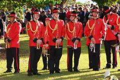 Tubowa sekcja NZ wojska zespół w ceremonialnych czerwonych mundurach, zdjęcie royalty free