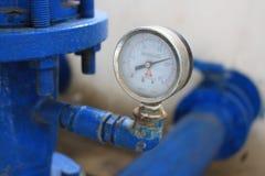 Tubulação azul com o calibre de pressão da boca de incêndio Imagens de Stock