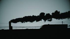 Tubulação com um fumo no nascer do sol filme
