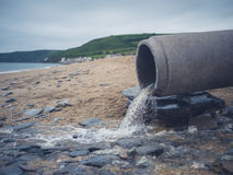 Tubulação da água de esgoto na praia fotos de stock royalty free