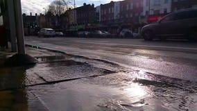 A tubulação da explosão causa a inundação na rua filme