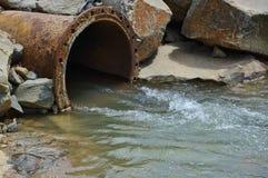 Tubulação da poluição Fotografia de Stock Royalty Free