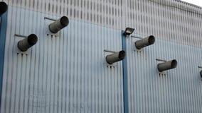 Tubulação da ventilação na parede exterior da produção fotos de stock