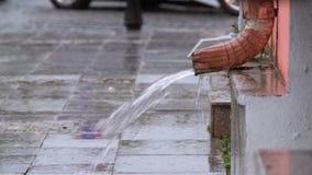 Tubulação de água durante a chuva video estoque