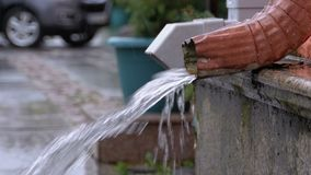 Tubulação de água durante a chuva filme