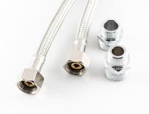 Tubulação de água elástica da fibra do metal com conectores Foto de Stock