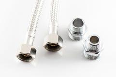 Tubulação de água elástica da fibra do metal com conectores Imagens de Stock