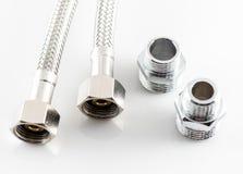 Tubulação de água elástica da fibra do metal com conectores fotografia de stock royalty free