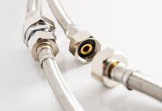 Tubulação de água elástica da fibra do metal com conectores foto de stock royalty free
