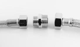 Tubulação de água elástica da fibra do metal com conectores Fotos de Stock Royalty Free