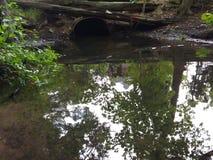 A tubulação de água retira a água da poluição do esgoto da cidade Fotografia de Stock Royalty Free
