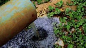 A tubulação de águas residuais da fábrica video estoque