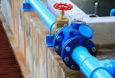 Tubulação de aço da torneira da junção do encanamento da válvula da água com fim verde do botão acima imagens de stock royalty free