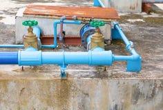 Tubulação de aço da torneira da junção do encanamento da válvula da água com fim verde do botão acima fotos de stock