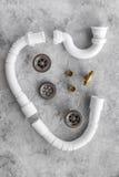 Tubulação de dreno desmontada do dissipador na opinião superior do fundo de pedra cinzento fotos de stock royalty free