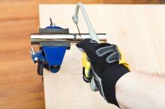 Tubulação de dreno do encanamento do sawing do encanador prendida no vício imagem de stock royalty free