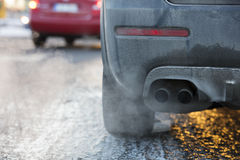 Tubulação de exaustão do carro, que sai fortemente gáss de exaustão em Finlandia fotografia de stock royalty free