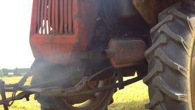 A tubulação de exaustão de um motor diesel polui o ar Esgote a tubulação do trator diesel velho que emite-se o fumo e o particul  video estoque