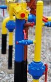 Tubulação de gás amarela com um guindaste Foto de Stock