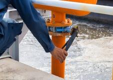 Tubulação de gás de fechamento sobre a planta de tratamento de águas residuais em Tailândia Foto de Stock