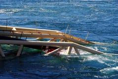 A tubulação de gás entra no mar Imagem de Stock