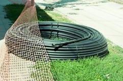 Tubulação de mangueira industrial de borracha preta nova da fonte da água preparada para ser instalado Imagem de Stock Royalty Free