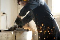 Tubulação de moedura do perfil do metal do trabalhador especializado com lote das faíscas Fotografia de Stock Royalty Free