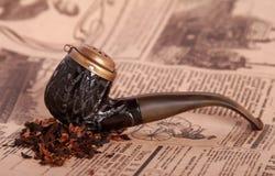 Tubulação de tabaco no papel velho Fotografia de Stock Royalty Free