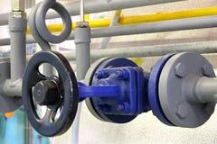 Tubulação de vapor com uma válvula Fotos de Stock
