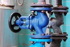 Tubulação de vapor com uma válvula Fotografia de Stock Royalty Free