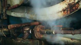 Tubulação do escape na fábrica velha do poder de vapor filme