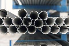 Tubulação do inox do metal na pilha fotos de stock