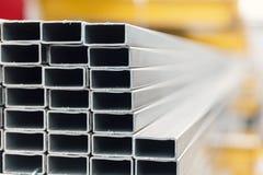 Tubulação do inox do metal na pilha imagem de stock
