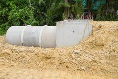 Tubulação e câmara de visita concretas da drenagem sob a construção Foto de Stock Royalty Free
