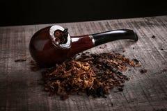 Tubulação e cigarro na superfície de madeira Imagem de Stock Royalty Free