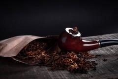 Tubulação e cigarro na superfície de madeira Imagens de Stock Royalty Free