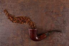 Tubulação e cigarro velhos de fumo em um fundo do vintage above imagem de stock royalty free