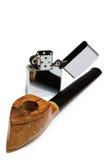 Tubulação e isqueiro de tabaco no fundo branco Imagem de Stock