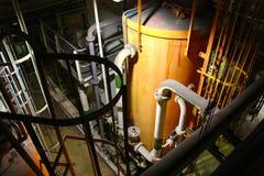 Tubulação e tanque industriais interiores da planta de tratamento da água imagem de stock