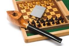 Tubulação e xadrez isoladas no fundo branco Fotografia de Stock Royalty Free