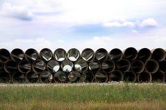 Tubulação longa empilhada ao lado da estrada Imagens de Stock