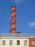 Tubulação marrom industrial sobre o edifício amarelo, céu, Fotos de Stock Royalty Free