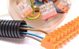 Tubulação ondulada, cabo com bloco da conexão, caixa elétrica foto de stock