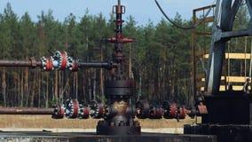 Tubulação ou tubo da bomba Jack em um poço de petróleo em Rússia filme