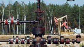 Tubulação ou tubo da bomba Jack em um poço de petróleo em Rússia video estoque