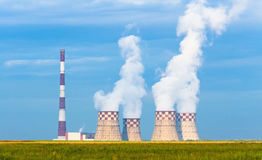 Tubulação térmica de Ñ€igh do central elétrica com torres refrigerando em um prado verde Fotografia de Stock