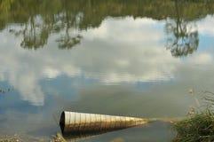 Tubulação velha na lagoa Foto de Stock