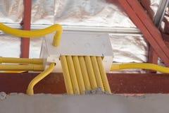 Tubulações amarelas do PVC para caixas elétricas e os fios enterrados no concre imagens de stock
