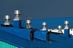 Tubula??es azuis do telhado e da ventila??o nele imagem de stock royalty free