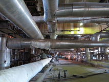Tubulações, câmaras de ar e equipamento gigantes dentro do central eléctrica, cena da noite Fotos de Stock Royalty Free